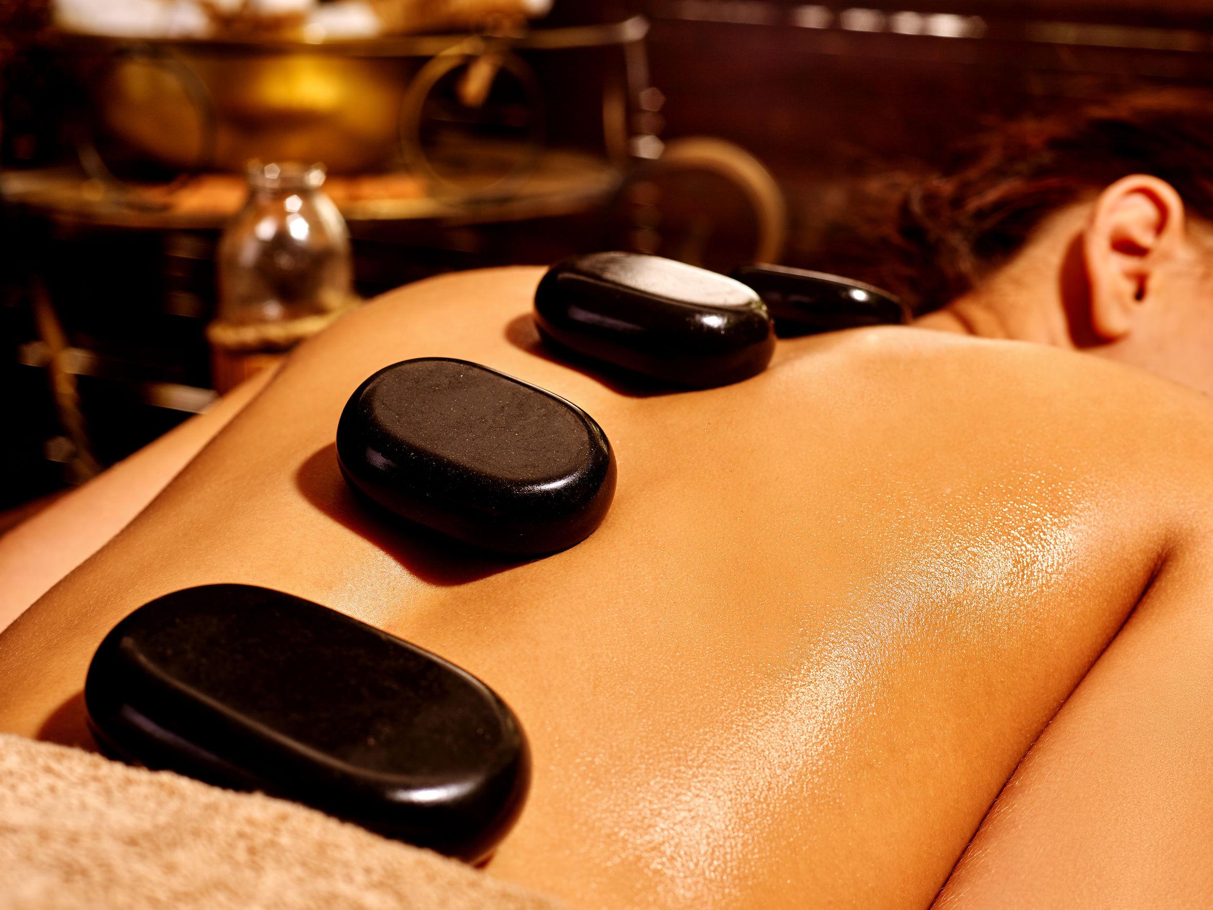 Wellness Massage mit heißen Steinen